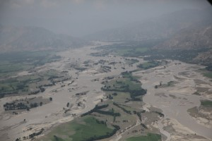 """2010 Pakistan floods - aerial view near Ghazi"" di Horace Murray, U.S. Army - http://www.defenseimagery.mil; VIRIN: 100805-A-3996M-044. Con licenza Pubblico dominio tramite Wikimedia Commons"